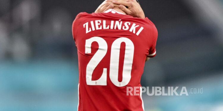 Reaksi pemain Polandia Piotr Zielinski selama pertandingan grup D kejuaraan sepak bola Euro 2020 antara Swedia dan Polandia, di stadion St. Petersburg di St. Petersburg, Rusia, Rabu, 23 Juni 2021.