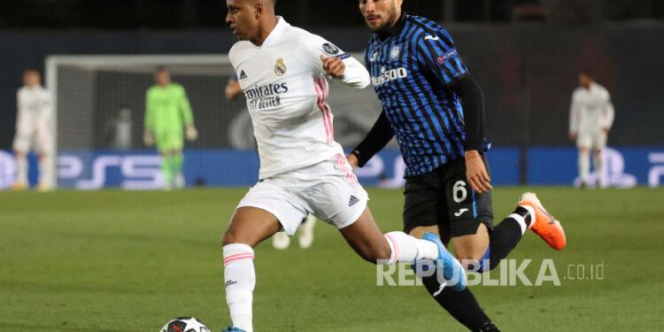 Winger Real Madrid Rodrygo Goes (kiri) diminati Everton.
