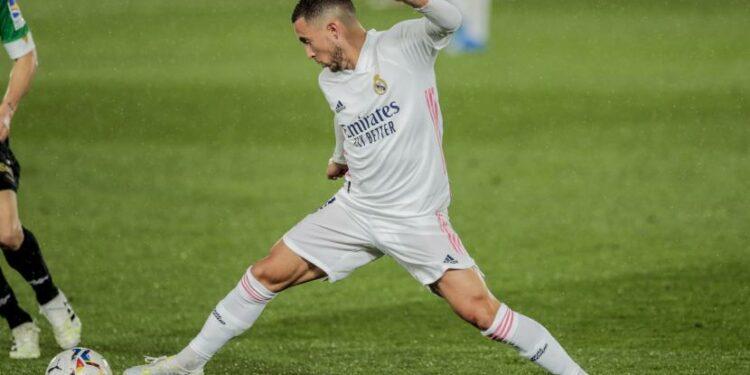Eden Hazard dari Real Madrid beraksi selama pertandingan sepak bola La Liga Spanyol antara Real Madrid dan Betis di stadion Alfredo di Stefano di Madrid, Spanyol, Sabtu, 24 April 2021.