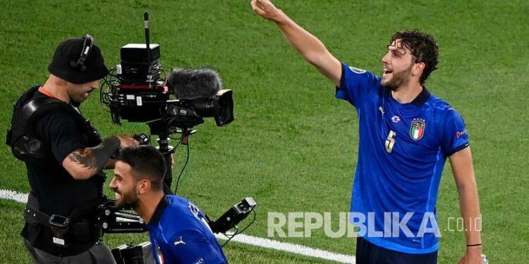 Pemain Italia Manuel Locatelli melakukan selebrasi usai mencetak gol pertama timnya pada pertandingan grup A Piala Eropa 2020 antara Italia dan Swiss di Stadion Olimpiade Roma, Kamis (17/6) dini hari WIB.