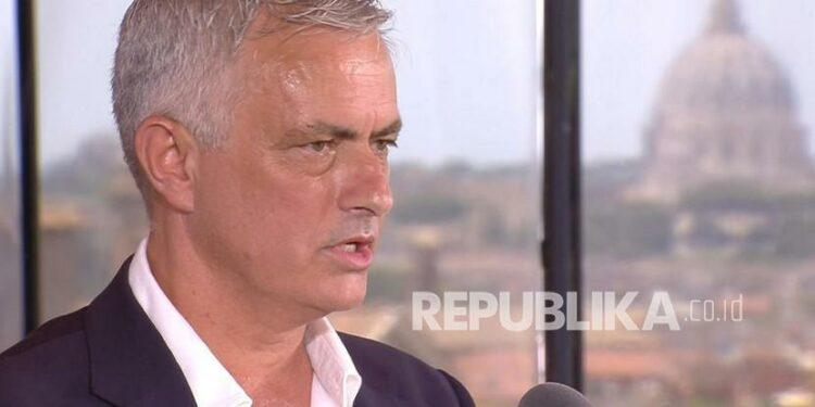 Foto selebaran yang disediakan oleh operator media AS Roma soal pelatih kepala baru AS Roma Jose Mourinho yang menghadiri konferensi pers pada kesempatan presentasinya, di Roma, Italia, 8 Juli 2021.