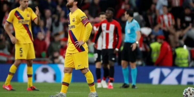 Pemain Barcelona Leonel Messi dan Sergio Busquets di final Piala Raja Spanyol antara Athletic Bilbao dan Barcelona di stadion San Mames di Bilbao.