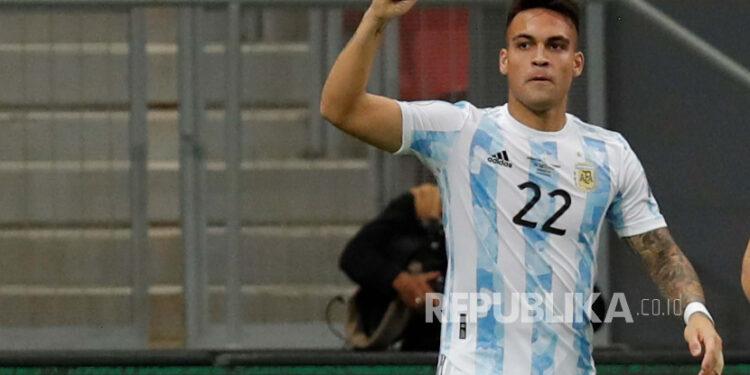 Lautaro Martinez dari Argentina merayakan setelah mencetak gol ke gawang Kolombia, selama pertandingan sepak bola semifinal Copa America antara Argentina dan Kolombia di stadion Mane Garrincha di Brasilia, Brasil, 06 Juli 2021.