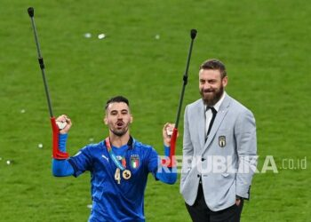 Italy's Leonardo Spinazzola who was injured at the start of the tournament celebrates after Italy won the UEFA EURO final 2020 between Italy and England in London, English, Monday (12/7) early morning WIB.. On the right is Angelo de Rossi, Italian coaching staff member.