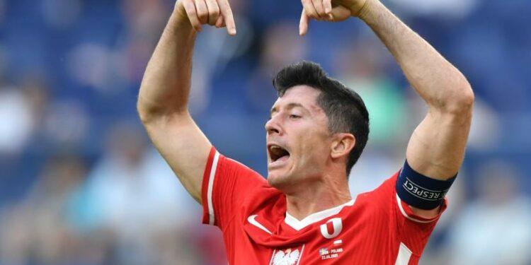 Reaksi Robert Lewandowski dari Polandia selama pertandingan sepak bola babak penyisihan grup E UEFA EURO 2020 antara Polandia dan Swedia di St. Petersburg, Rusia, 23 Juni 2021.