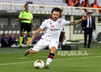 Nahitan Nandez dari Cagliari beraksi saat pertandingan sepak bola Serie A Italia antara ACF Fiorentina dan Cagliari Calcio di stadion Artemio Franchi di Florence, Italia, 08 Juli 2020.