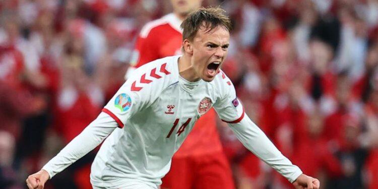 Mikkel Damsgaard dari Denmark merayakan setelah mencetak gol 0-1 selama pertandingan sepak bola babak penyisihan grup B UEFA EURO 2020 antara Rusia dan Denmark di Kopenhagen, Denmark, 21 Juni 2021.