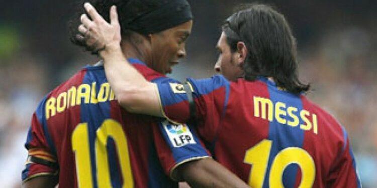 Ronaldinho dan Lionel Messi (kanan) saat masih sama-sama di Barcelona.