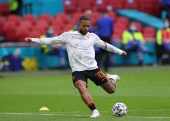 Memphis Depay dari Belanda melakukan pemanasan sebelum pertandingan sepak bola babak penyisihan grup C UEFA EURO 2020 antara Makedonia Utara dan Belanda di Amsterdam, Belanda, 21 Juni 2021.