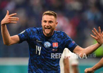 Pemain Slovakia Milan Skriniar merayakan setelah mencetak gol kedua timnya  pada pertandingan grup E kejuaraan sepak bola Euro 2020 antara Polandia dan Slovakia di stadion arena Gazprom di St. Petersburg, Rusia, Senin (14/6).