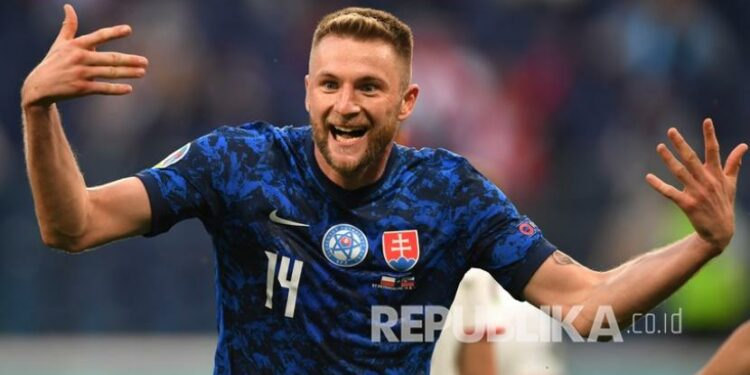 Slovakia's Milan Skriniar celebrates after scoring his team's second goal in the group E match of the Euro football championship 2020 between Poland and Slovakia at the Gazprom arena stadium in St. Petersburg, Russia, Monday (14/6).