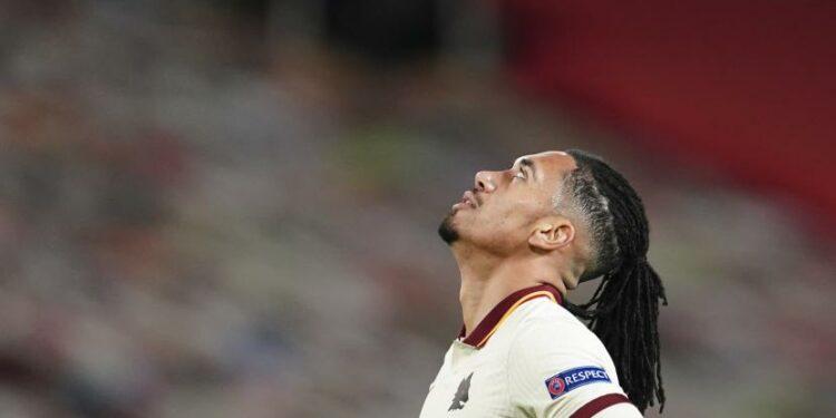 Reaksi pemain Roma Chris Smalling di penghujung semifinal Liga Europa, pertandingan sepak bola leg pertama antara Manchester United dan Roma di Old Trafford di Manchester, Inggris, Kamis, 29 April 2021.