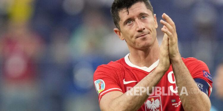 Robert Lewandowski dari Polandia setelah pertandingan grup B kejuaraan sepak bola Euro 2020 antara Swedia dan Polandia di stadion Saint Petersburg di St. Petersburg, Rusia, Rabu, 23 Juni 2021.