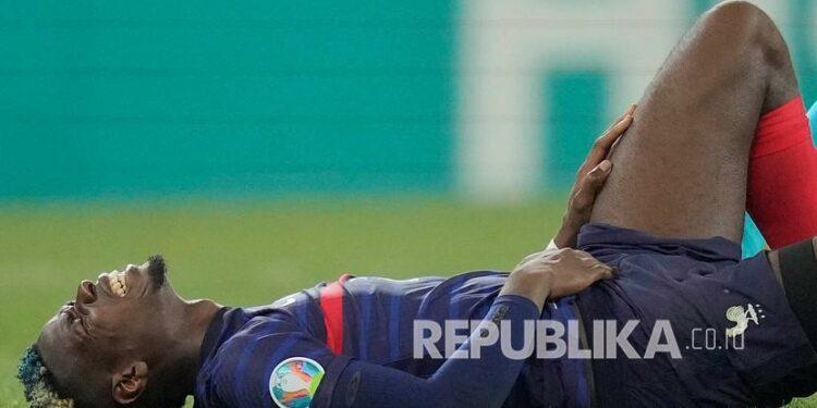 Pemain Prancis Paul Pogba berbaring di lapangan pada pertandingan babak 16 besar kejuaraan sepak bola Euro 2020 antara Prancis dan Swiss di stadion National Arena di Bucharest, Rumania, Selasa (29/6) dini hari WIB.