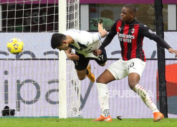 Cristian Romero (Kiri) dari Atalanta mencetak gol pembuka di samping Pierre Kalulu dari AC Milan pada pertandingan sepak bola Serie A Italia antara AC Milan dan Atalanta BC di stadion Giuseppe Meazza di Milan, Italia, 23 Januari 2021.