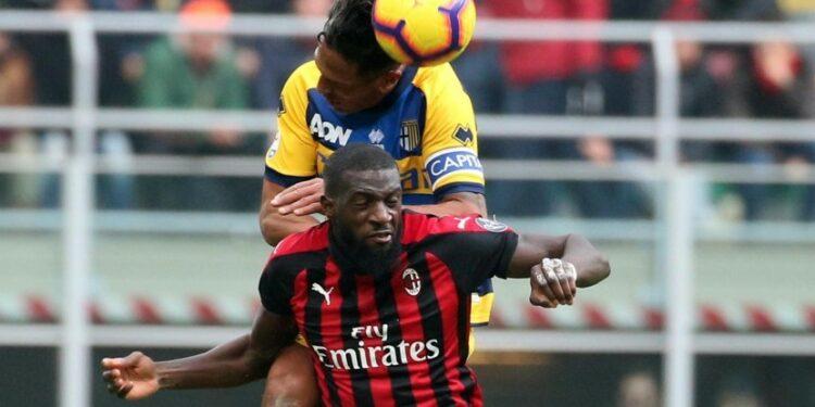 Tiemoue Bakayoko (bawah) saat memperkuat AC Milan dalam masa pinjaman musim 2018/2019 lalu.