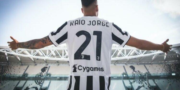 Pemain baru Juventus Kaio Jorge mengenakan kostum bernomor 21.