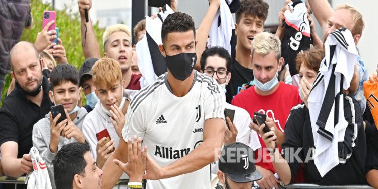 Bintang Juventus Cristiano Ronaldo saat tiba di J Medical Center of Juventus, di Turin, Italia, belum lama ini.