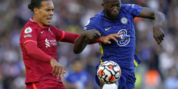 Bek Liverpool, Virgil Van Dijk (Kiri) dan Penyerang Chelsea, Romelu Lukaku (Kanan)
