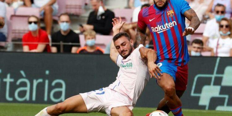 Penyerag Barcelona Memphis Depay (kanan) beraksi saat melawan Getafe.