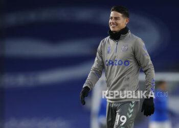 James Rodriguez dari Everton melakukan pemanasan menjelang pertandingan sepak bola Liga Premier Inggris beberapa waktu lalu.