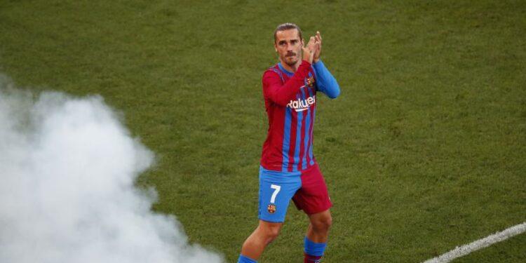 Striker Barcelona Antoine Griezmann bertepuk tangan.