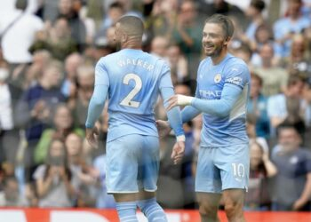 Jack Grealish (kanan) merayakan golnya ke gawang Norwich City bersama rekannya, Kyle Walker, Sabtu (21/8).