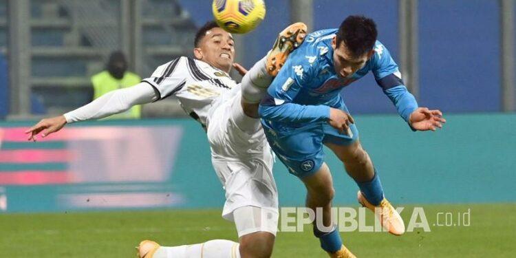 Pemain Napoli Hirving Lozano, kanan, menyundul bola melewati Danilo dari Juventus pada pertandingan final Piala Super Italia antara Juventus dan Napoli di stadion Mapei di Reggio Emilia, Italia, beberapa waktu lalu.