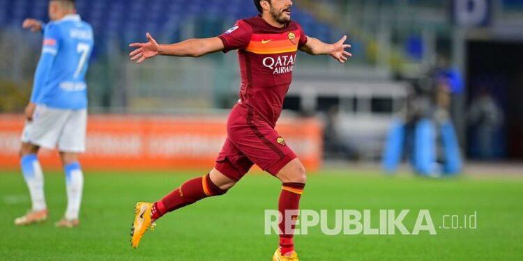 Pemain Roma Pedro melakukan selebrasi setelah mencetak gol kedua timnya pada pertandingan sepak bola Serie A Italia antara Roma dan Lazio, di Stadion Olimpiade Roma, Ahad (16/5).