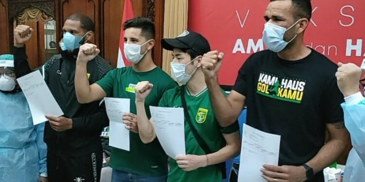 Empat pemain asing Persebaya disuntik vaksin AstraZeneca
