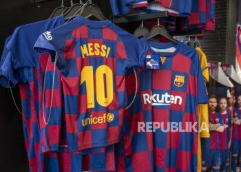 Kaos Lionel Messi dipajang di toko suvenir di pusat Kota Madrid, Spanyol, Jumat, 6 Agustus 2021. Messi hengkang setelah memimpin Barcelona ke tahun-tahun paling gemilang. Dia membantu klub memenangkan 35 gelar, termasuk Liga Champions empat kali, Liga Spanyol 10 kali, Copa del Rey tujuh kali, dan Piala Super Spanyol delapan kali.