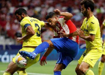 Penyerang Atletico madrid Luis Suarez (tengah) berebut bola dengan para pemain Villarreal.