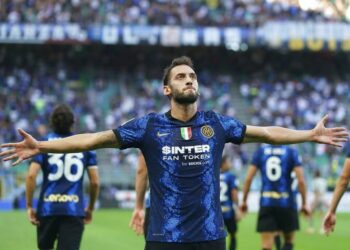 Selebrasi Gelandang Inter Milan, Hakan Calhanoglu saat mencetak gol ke gawang Genoa di San Siro, Milan, Ahad (22/8) dini hari WIB. Inter menang 4-0 atas Genoa.