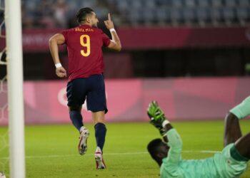 Pemain timnas Spanyol Rafa Mir merayakan mencetak gol kedua timnya melawan Pantai Gading dalam pertandingan sepak bola perempat final putra Olimpiade  2020, Sabtu, 31 Juli 2021, di Rifu, Jepang, Tokyo.