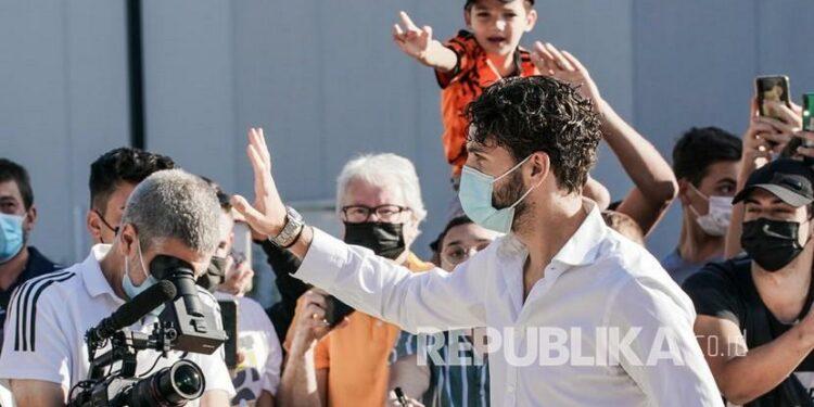 Pemain baru Juventus Manuel Locatell tiba di pusat medis J Medical untuk menjalani pemeriksaan medis wajib, di Turin, Italia, 18 Agustus 2021. Juventus Turin menandatangani gelandang dari saingan liga Serie A Sassuolo. Ia dipredikasi akan langsung dimainkan pada laga pembuka.