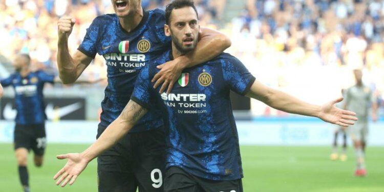 Dua pemain baru Inter Milan, Edin Dzeko dan Hakan Calhanoglu (kanan), sama-sama mencetak gol dalam debutnya melawan Genoa di pertandingan perdana Serie A Liga Italia, Ahad (22/8) dini hari WIB. Inter menang telak 4-0 atas Genoa.