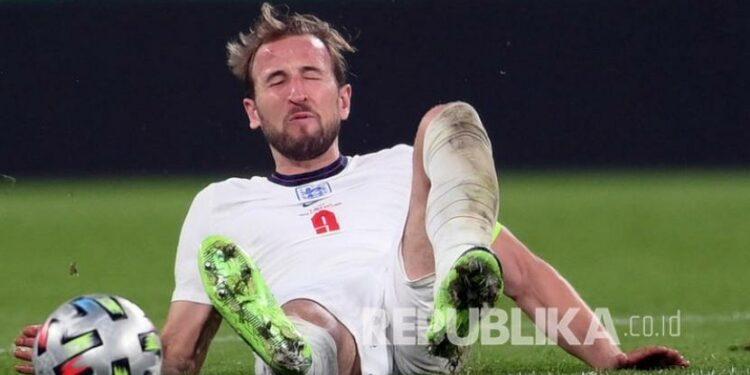 Harry Kane dari Inggris terjatuh pada final UEFA EURO 2020 antara Italia dan Inggris di London, Inggris, Senin (12/7) dini hari WIB.
