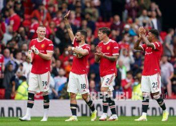 Pemain Manchester United melambai ke arah penonton setelah pertandingan sepak bola Liga Inggris antara Manchester United dan Leeds United di Old Trafford di Manchester, Inggris, Sabtu, 14 Agustus 2021.