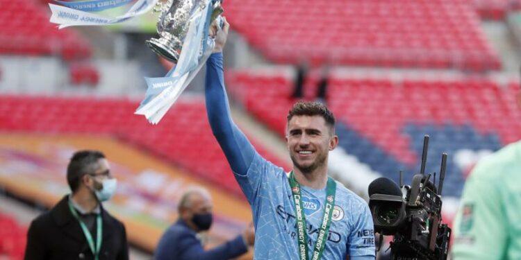 Aymeric Laporte dari Manchester City merayakan dengan trofi di akhir pertandingan final Piala Liga Inggris antara Manchester City dan Tottenham Hotspur di stadion Wembley di London, Minggu, 25 April 2021. Manchester City menang 1-0.