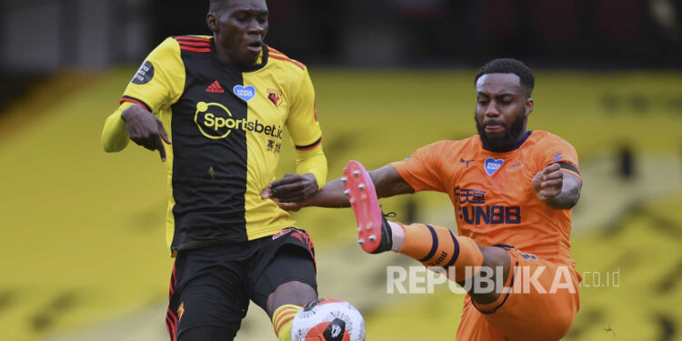 Watfords Ismaila Sarr, left, duels for the ball with Newcastles Danny Rose during the English Premier League soccer match between Watford and Newcastle at the Vicarage Road Stadium in Watford, England, Saturday, July 11, 2020. (Justin Setterfield/Pool via AP)