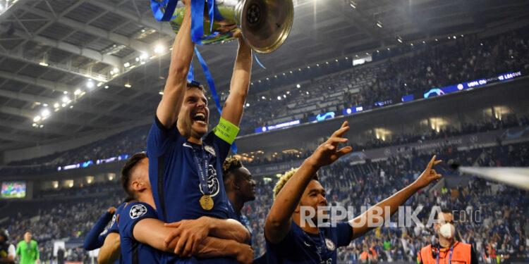 Kapten Chelsea Cesar Azpilicueta mengangkat trofi saat ia dan rekan satu timnya merayakan kemenangan final Liga Champions UEFA antara Manchester City dan Chelsea FC di Porto, Portugal, Ahad (30/5) pagi WIB.