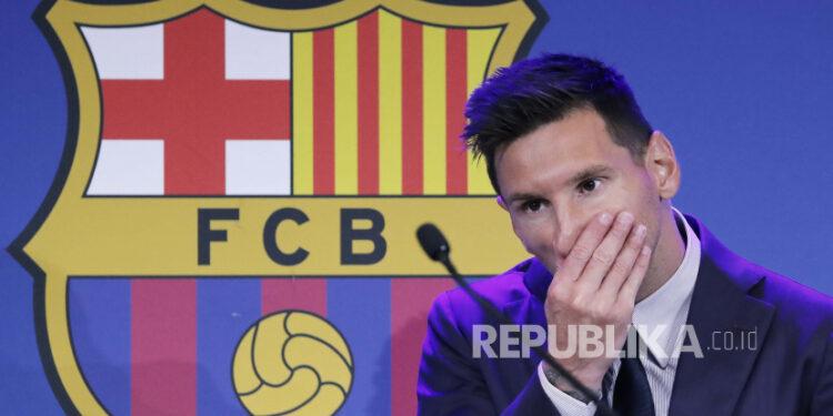 Penyerang Argentina Lionel Messi menjadi emosional saat konferensi pers untuk menjelaskan versinya tentang alasan kepergiannya dari Barcelona FC di Barcelona, Spanyol, 8 Agustus 2021.