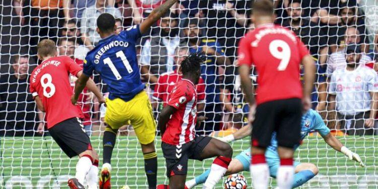 Penyerang Manchester United Mason Greenwood (kedua kiri) mencetak gol ke gawang Wolverhampton Wanderers (Wolves) dalam lanjutan Liga Primer Inggris 2021/22..