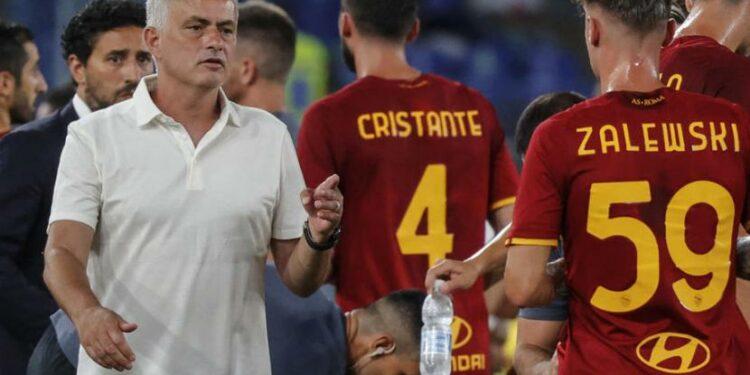 Jose Mourinho (kiri) bersama para pemain AS Roma.