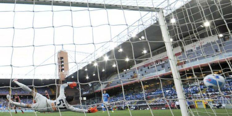 Pemain Napoli Fabian Ruiz mencetak gol ke gawang Genoa dalam lanjutan Serie A Italia, Senin (30/8) dini hari WIB.