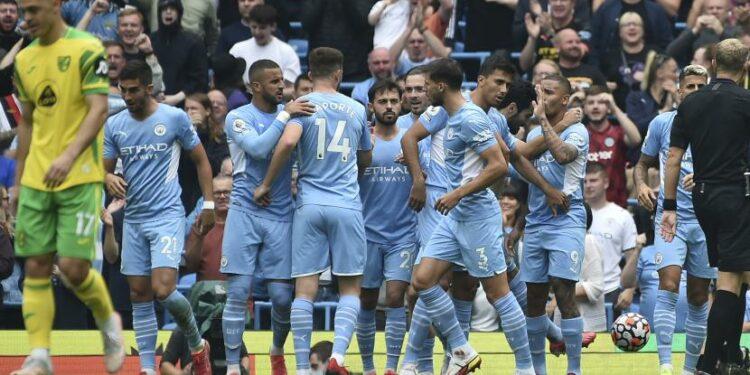 Penyerang Manchester City, Gabriel Jesus (kanan), dengan rekan satu timnya merayakan gol pertama setelah Tim Krul dari Norwich City mencetak gol bunuh diri selama pertandingan sepak bola Liga Primer Inggris antara Manchester City dan Norwich City di Stadion Etihad di Manchester, Inggris, Sabtu, 21 Agustus 2021