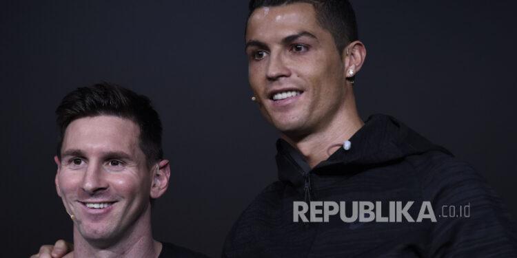 Pemain Argentina Lionel Messi (Kiri) dan Cristiano Ronaldo dari Portugal. Keduanya digosipkan akan satu tim.