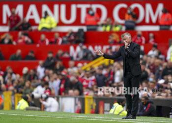 Manajer Manchester United Ole Gunnar Solskjaer memberi isyarat selama pertandingan sepak bola Liga Premier Inggris antara Manchester United dan Leeds United di Old Trafford di Manchester, Inggris, Sabtu, 14 Agustus 2021.