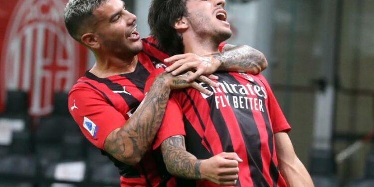 Gelandang AC Milan Sandro Tonali (kanan) merayakan golnya ke gawang Cagliari dalam lanjutan Serie A, Senin (30/8) dini hari WIB.