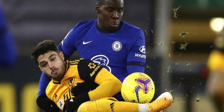 Pedro Neto dari Wolverhampton Wanderers, depan, memperebutkan bola dengan pemain Chelsea Kurt Zouma selama pertandingan sepak bola Liga Premier Inggris antara Wolverhampton Wanderers dan Chelsea di Stadion Molineux di Wolverhampton, Inggris, Selasa, 15 Desember 2020.